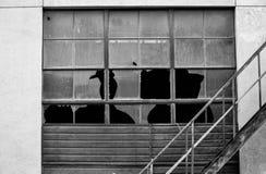 Finestre e vetro rotti della fabbrica fotografia stock