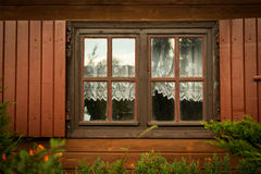 Finestre ed otturatori sporchi nella casa di legno fotografie stock libere da diritti