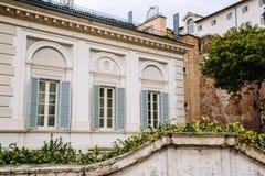 Finestre europee con gli otturatori di legno Vecchio esterno della casa Fotografia Stock