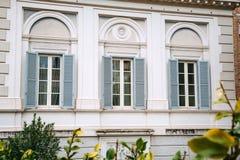 Finestre europee con gli otturatori di legno Vecchio esterno della casa Immagini Stock Libere da Diritti