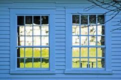 Finestre gemellate su costruzione blu fotografia stock libera da diritti