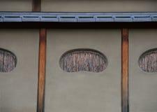 Finestre giapponesi con il fondo di bambù delle strisce fotografie stock libere da diritti