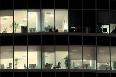 Finestre illuminate dell'ufficio abbandonato alla notte Fotografie Stock Libere da Diritti