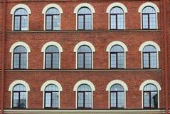 Finestre incurvate della casa con mattoni a vista immagine stock libera da diritti