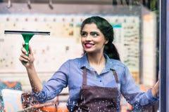 Finestre indiane di pulizia degli impiegati fotografia stock