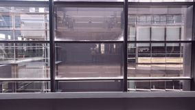 Finestre interne simmetriche dell'edificio per uffici immagine stock libera da diritti