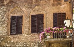 Parete di vecchia casa di pietra decorata con i fiori for Case tradizionali italiane