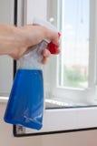 Finestre pulite del PVC della plastica di Houseworker con il detersivo fotografia stock