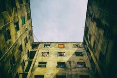 Finestre quadrate in costruzione condannata Nessuna gente Fotografie Stock Libere da Diritti