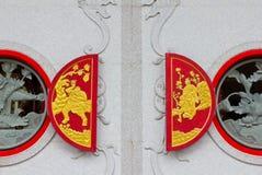 Finestre rosse sulla parete della chiesa Fotografia Stock Libera da Diritti