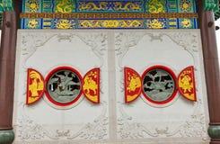 Finestre rosse sulla parete della chiesa Immagini Stock