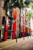 Finestre rosse tipiche da Amsterdam, dall'Olanda o dai Paesi Bassi fotografia stock libera da diritti