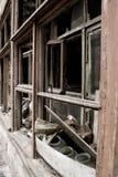 Finestre rotte di una casa di legno Immagini Stock Libere da Diritti