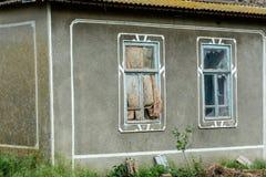 Finestre rotte di vecchia casa Fotografie Stock Libere da Diritti