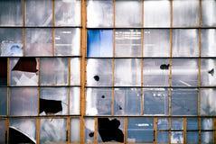 Finestre rotte di vecchio fabbricato industriale Immagini Stock Libere da Diritti