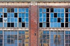 Finestre rotte su vecchia costruzione abbandonata Fotografie Stock