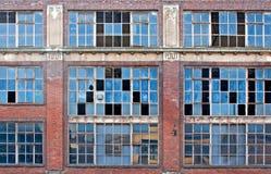 Finestre rotte su vecchia costruzione abbandonata Fotografia Stock Libera da Diritti