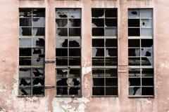 Finestre rotte sul vecchio magazzino Fotografie Stock