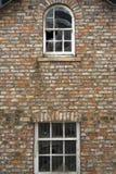 Finestre rotte in una casa dilapidata Fotografia Stock Libera da Diritti