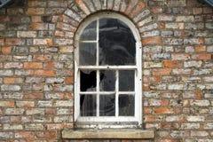 Finestre rotte in una casa dilapidata Fotografia Stock