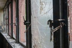 Finestre rotte, vecchie ed arrugginite Fotografia Stock