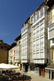 Finestre tipiche in strada rialzata, La Rioja, Spagna immagine stock