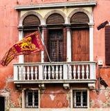 Finestre tradizionali con la bandiera in via di Venezia immagini stock
