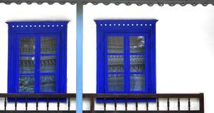 Finestre tradizionali rustiche blu fotografia stock libera da diritti