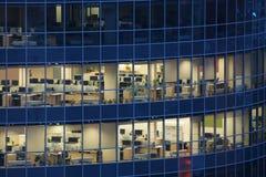 Finestre trasparenti del centro di grande impresa fotografie stock libere da diritti