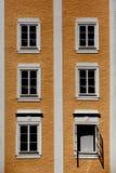 Finestre variopinte della costruzione a Salisburgo Fotografie Stock