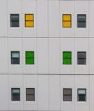 Finestre variopinte di una costruzione a più piani Immagine Stock Libera da Diritti