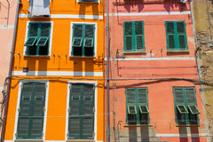 Finestre variopinte sulle pareti arancio e rosse Immagine Stock