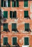 Finestre variopinte sulle pareti arancio e rosse Fotografie Stock