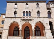Finestre veneziane su una costruzione nella spaccatura, Croazia Fotografie Stock