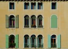 Finestre veneziane tipiche Fotografie Stock Libere da Diritti