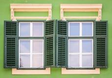 Finestre verdi Fotografia Stock