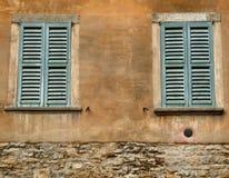 Finestre verdi e parete arancione Fotografia Stock Libera da Diritti