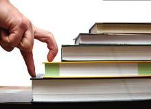 Finger übergeben herauf Treppe von Büchern getrennte alte Bücher Lizenzfreies Stockbild