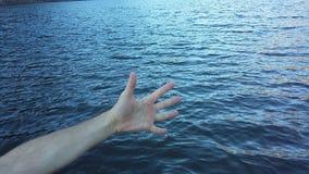 Finger auf dem Meer Stockbild