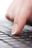 Finger auf der Tastatur Lizenzfreie Stockfotos