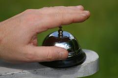 Finger auf Glocke ungefähr zum Ring Stockbilder
