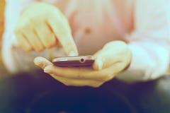Finger auf smartphone Lizenzfreie Stockfotografie