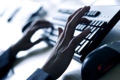 Finger auf Tastatur Stockbild