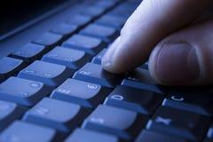 Finger auf Tastatur stockfotos