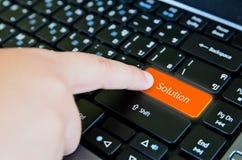 Finger av barnet som skjuter knappen av tangentbordet Royaltyfria Bilder
