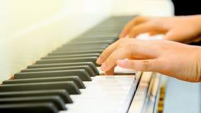 Finger av en pianist Royaltyfri Bild