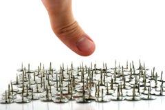Finger über Daumenheftzwecken - Reißnadeln Lizenzfreie Stockfotografie