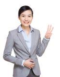 Finger de la demostración tres de la mujer de negocios foto de archivo