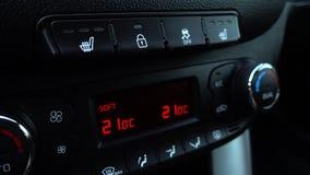 Finger de la mano que presiona el botón que empuja en la estabilización de la neutralización del coche: Sistema de control de la  metrajes