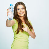 Finger de la mujer joven que señala en la botella de agua Imagenes de archivo